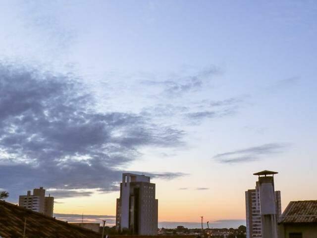Terça-feira (5) amanheceu com céu aberto e clima fresco em Campo Grande. (Foto: Henrique Kawaminami)