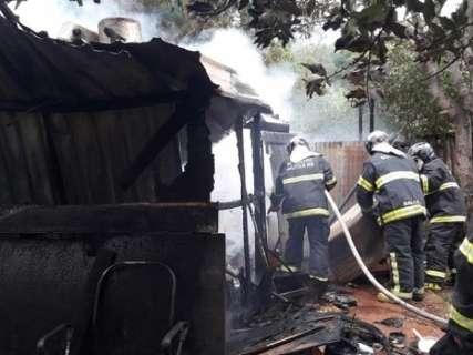 Mãe leva filhos à escola e ao retornar encontra casa destruída pelo fogo