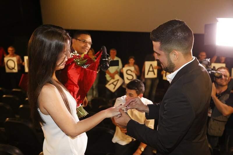 """Depois do """"sim"""", noivo colocou aliança na noiva, sob aplausos da plateia. (Foto: Gerson Walber)"""