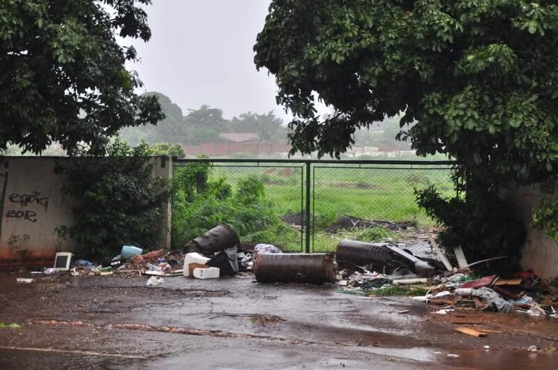 Portão na frente de antiga estação de tratamento virou depósito de lixo (Foto: João Carrigó)