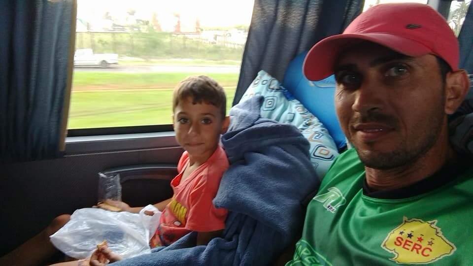 Mateuzinho, na companhia do pai Renato Willian Soares da Cruz, na viagem de ônibus para a segunda etapa da avaliação do Grêmio, em Porto Alegre (Foto: Arquivo pessoal)