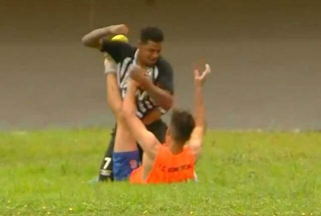 Jeferson Reis agride gandula após gol do Comercial que determinou derrota do Galo (Foto: Reprodução/TV Morena)