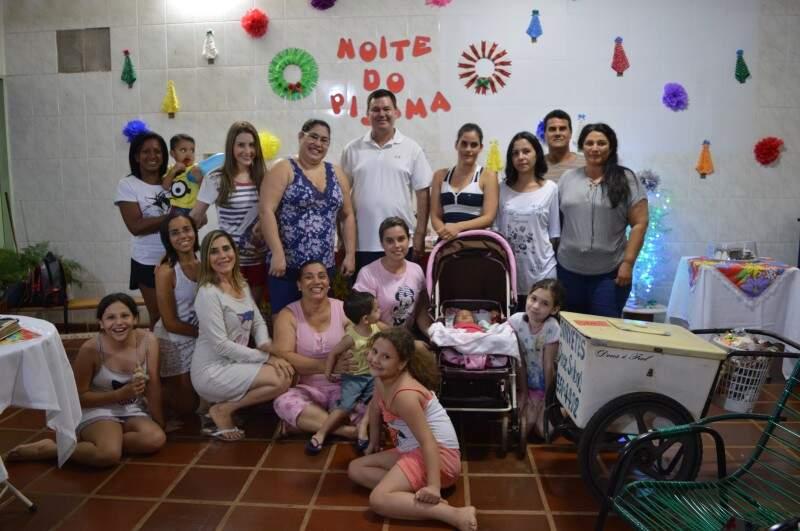 Família realizou festa do pijama depois de 10 anos longe da brincadeira.