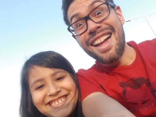 Helena, com sorriso lindo, ao lado do pai Bruno. (Foto: Arquivo Pessoal)