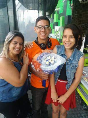 Érica, a filha Barbara e o amigo radialista Wagner Jean que ganhou o presente.
