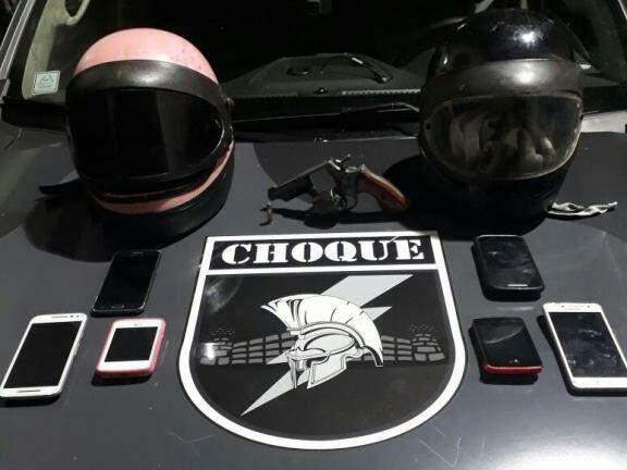 Celulares e arma apreendidas com o grupo (Foto: divulgação/Batalhão de Choque)
