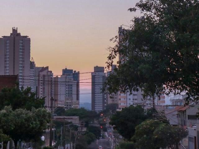 Em Campo Grande, o sol aparecerá entre nuvens nesta sexta-feira. (Foto: Henrique Kwaminami)