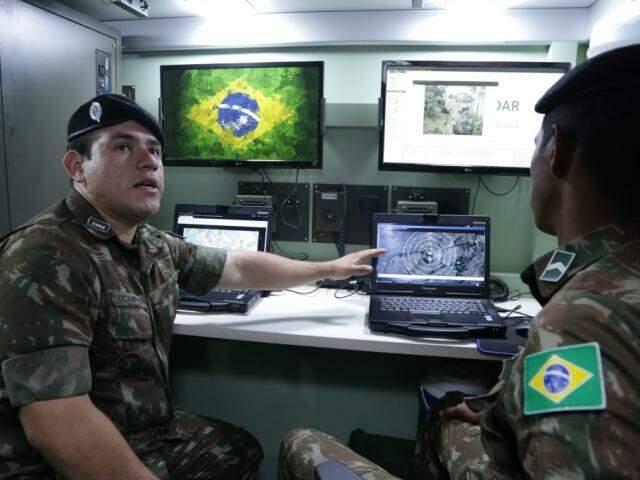 Tenente Jonys Ocampos mostra cabine de operação do radar móvel (Foto: Kísie Ainoã)