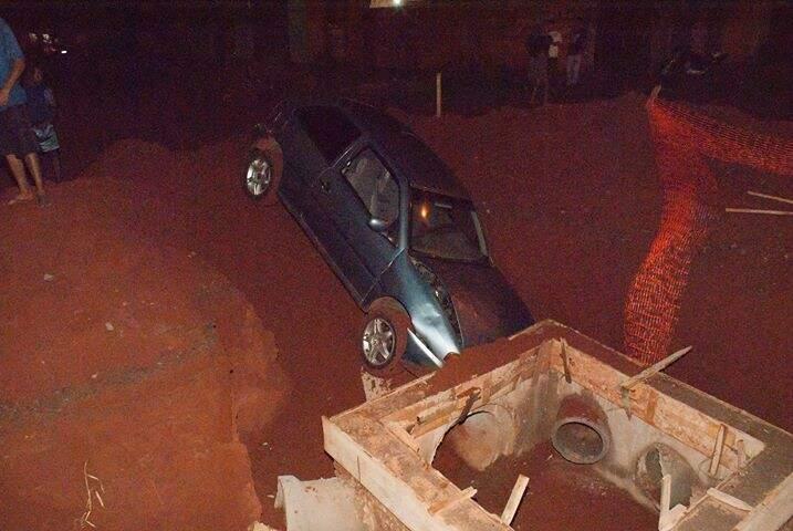 Gol de cor prata caiu em buraco feito para obras de água e esgoto (Foto: Direto das Ruas)
