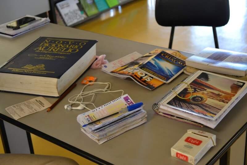 Na mesa, deixa tudo que ele precisa para passar o dia na biblioteca. (Foto: Thailla Torres)
