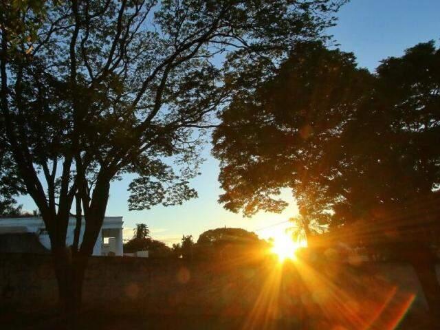 O dia amanheceu com céu claro e com sol na Capital, mas previsão é de tempo instável (Foto: André Bittar)