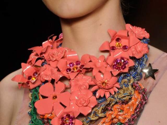 Maxi colar continua com tudo, mas em cores vivas, como no desfile da Movimento.