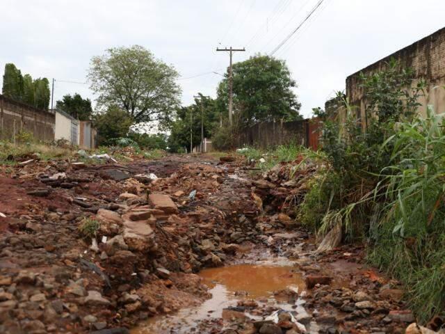 Buraco que se formou no local após o temporal do final de semana. (Foto: Paulo Francis)
