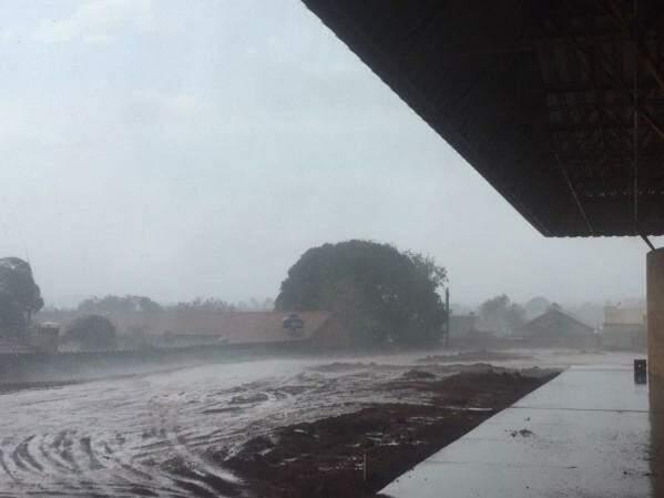Chuva chegou a Campo Grande na tarde desta quinta-feira (Foto: Vinícius Echeverria)