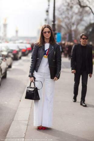 Com a jaqueta, mas de branco, look fica mais leve.