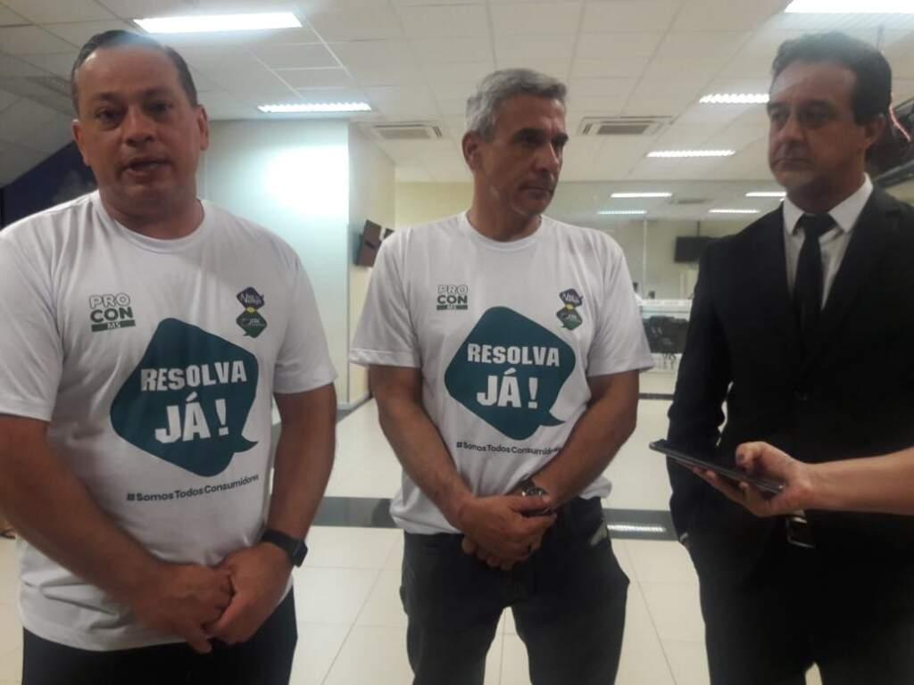Da esquerda para direita: Adelaido Vila, presidente da CDL, Marcelo Salomão, superintendente do Procon e o assessor jurídico da CDL (Foto: Izabela Sanchez)