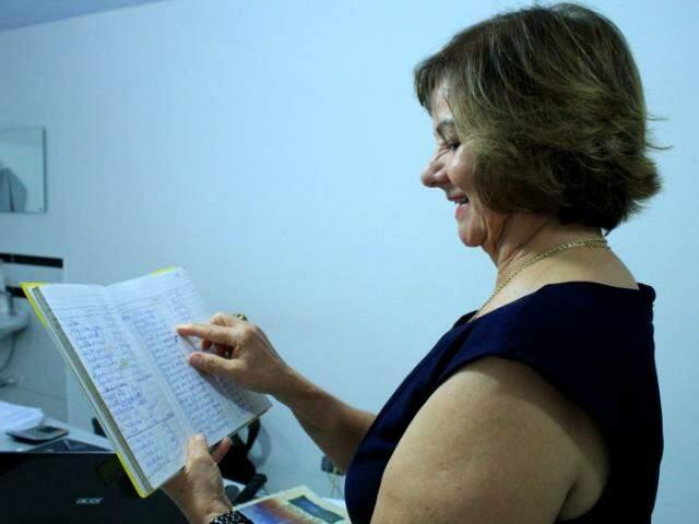Dulce mostra um dos caderninhos de anotações, que virou relíquia na empresa.