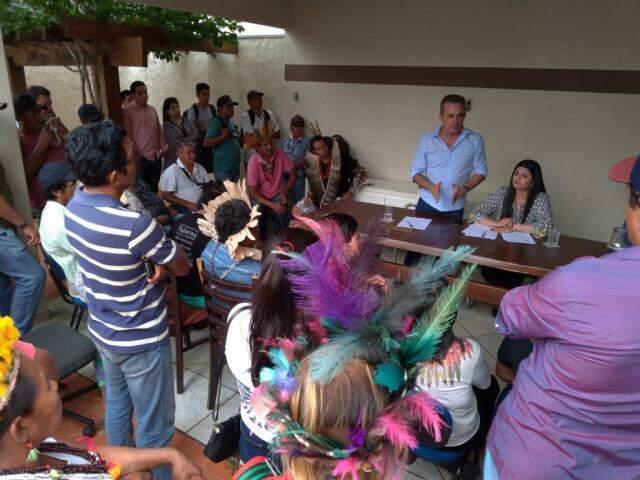 Indígenas se reuniram com Vander (em pé, ao fundo) e Rose (à mesa, sentada) e decidiram deixar a sede da Dsei. (Foto: Divulgação/Assessoria)