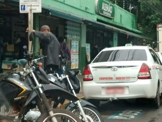 """Taxista é flagrado ocupando vaga de idoso na Região Central de Campo Grande. """"Problema recorrente"""". (Foto: Direto das Ruas)"""