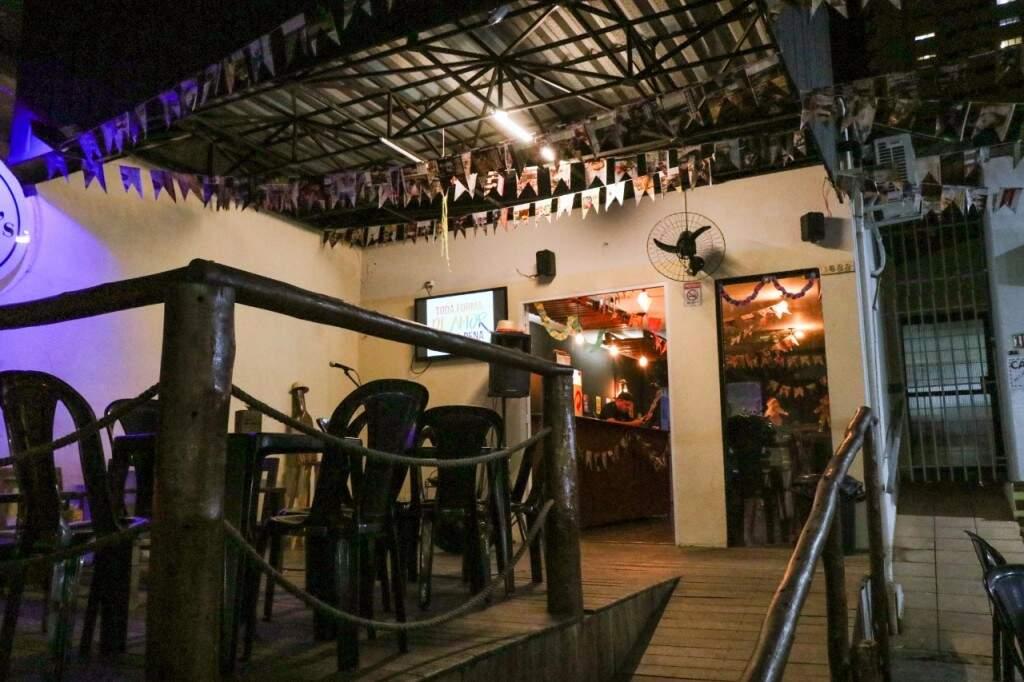 O bar está em clima de festa junina com bandeirolas (Foto: Henrique Kawaminami)