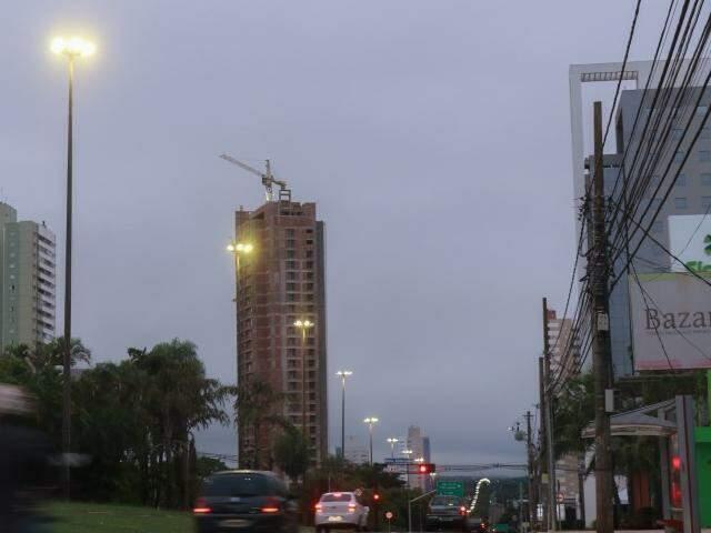 Dia amanheceu com céu nublado em Campo Grande. (Foto: Henrique Kawaminami)
