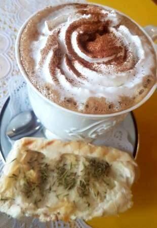 Pão na chapa com tomilho acompanhado do capuccino low carb taev. (Foto: Acervo Pessoal)