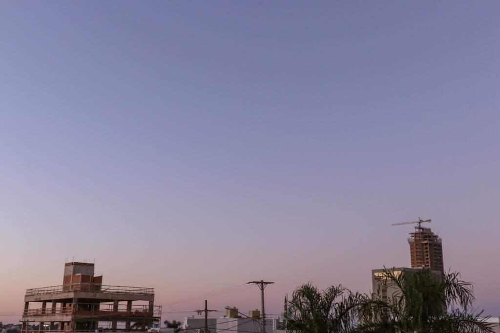 Fim de tarde com sol entre nuvens em Campo Grande. (Foto: Arquivo)