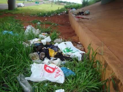 """**Repórter News**: Mendigos fazem de viaduto moradia e """"lixão"""""""