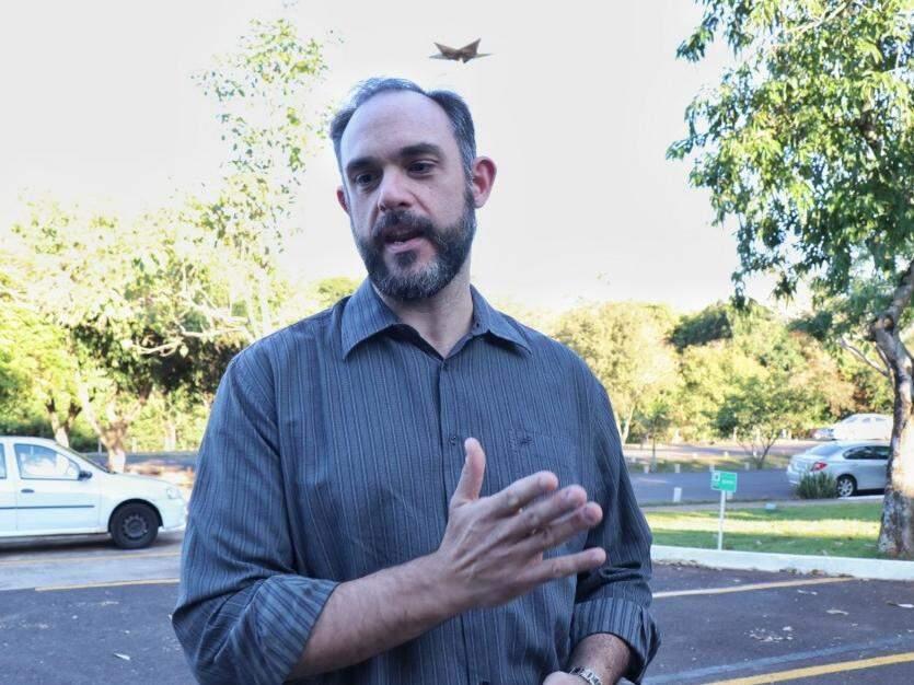 Guilherme em frente ao trabalho comentou sobre a nova jornada  (Foto: Henrique Kawaminami)