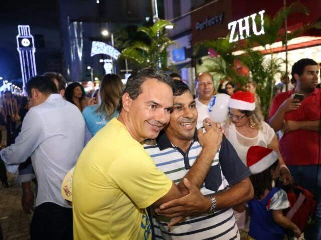 O que não faltou foi gente querendo tirar selfie com o prefeito Marquinhos Trad durante a entrega das obras da 14 de Julho. (Foto: Paulo Francis)