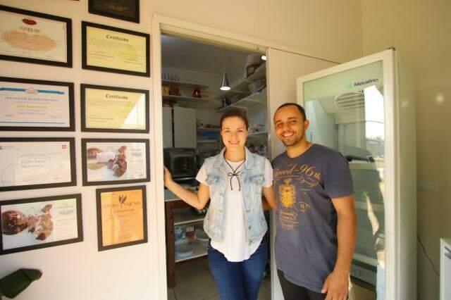 Elzinha e Marcos na pequena loja; na parede, alguns dos certificados dos cursos de gastronomia (Foto: André Bittar)