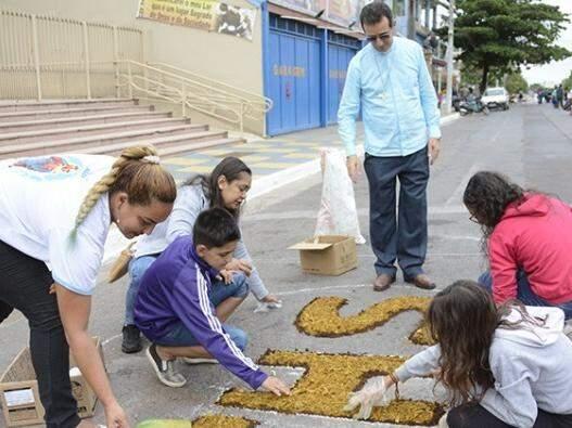 Os tapetes estão nas principais ruas do Centro de Corumbá, Dom Aquino e Quinze de Novembro. (Foto: Diário Corumbaense)
