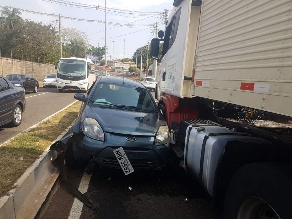Veículo ficou prensado, mas ninguém se feriu (Anahi Gurgel)
