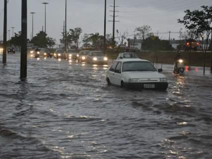 Com 42 mm de chuva, cidade tem alagamentos e trânsito tumultuado