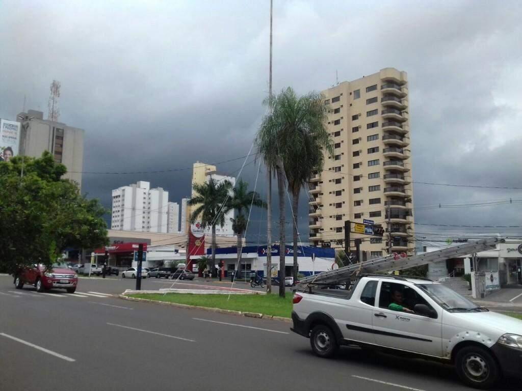 Luzes de Natal instalada em poste da Afonso Pena em frente a prefeitura (Foto: Mayara Bueno)
