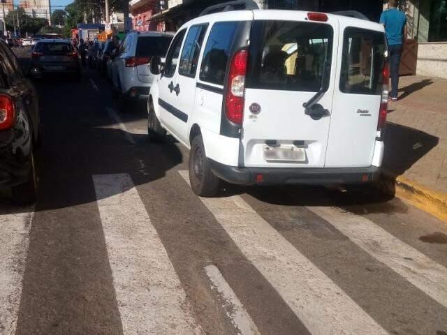 Veículo parado em cima da faixa de pedestres, no Centro de Campo Grande (Foto: Direto das Ruas)