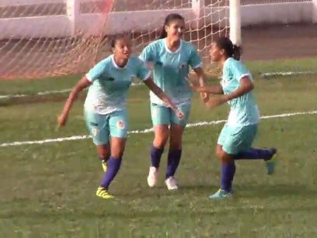 Meninas das Moreninhas comemoram gol contra o Galo no Jacques da Luz (Foto: TV FFMS/Reprodução)