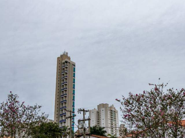 Céu nublado em Campo Grande nesta sexta-feira. (Foto: Henrique Kawaminami)