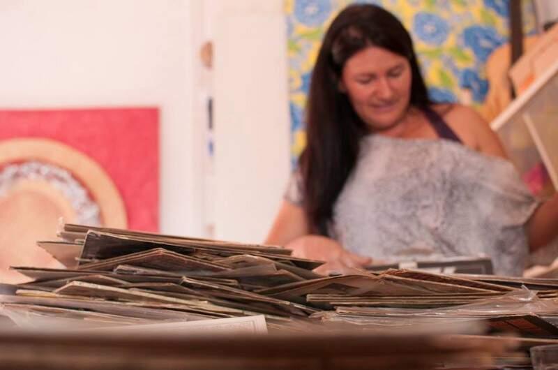 """São pelo menos 200 discos. """"Tutora"""" do material espera vender para colecionador. (Foto: Alcides Neto)"""