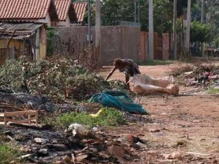 Em frente à usina de triagem, lixão toma conta de ruas no Dom Antônio