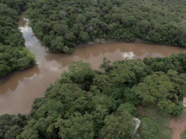 Ponto onde o rio da Prata deságua no Formoso; enxurradas escureceram águas dos rios. (Foto: Semagro/Divulgação)