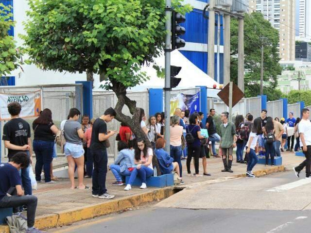 Estudantes momentos antes do portão abrir para aplicação da prova na Uniderp (Foto: Marina Pacheco)