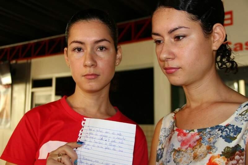 As irmãs Geuzerli e Geuzerline não escondiam a emoção de saber que os apresentadores estavam tão próximos e mostram bilhete que escreveram para Luciano. (Foto:Caroline Maldonado)