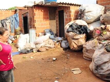 No bairro vizinho ao lixão, falta de dinheiro afeta comércio