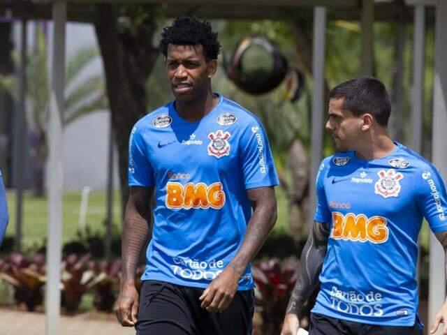 Defensores Gil e Fagner durante último apronto antes do jogo com Inter (Foto: Daniel Augusto Jr/Ag. Corinthians)