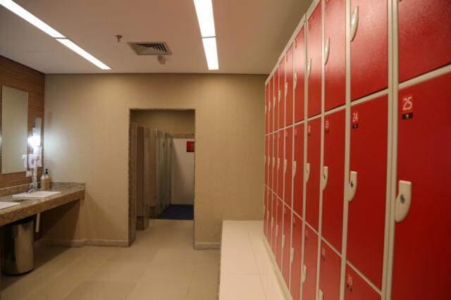 Vestiários tem armários individuais.