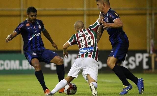Lance entre jogadores do Macaé e Fluminense nesta noite (Foto: Agência Estado)