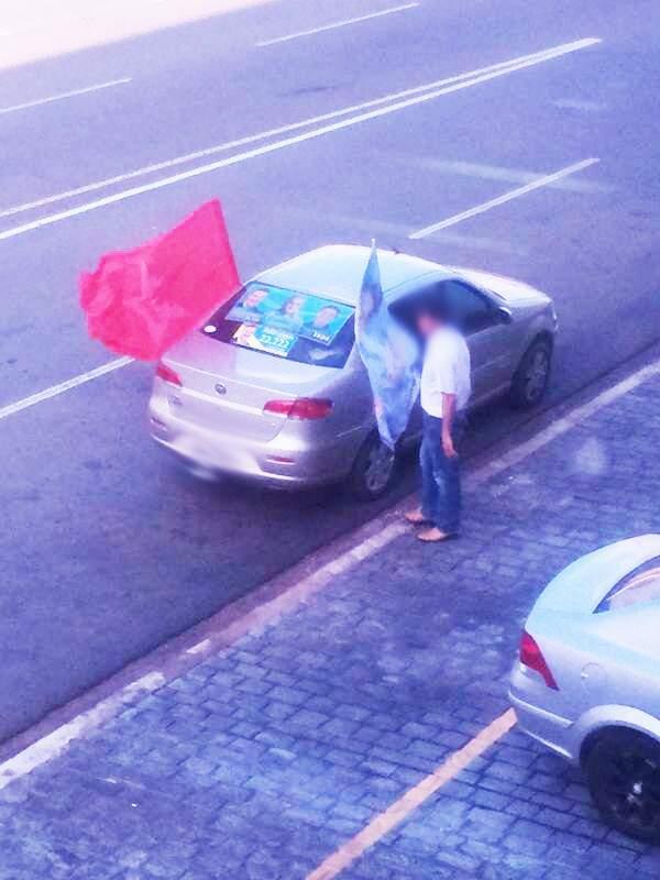 Há uma semana o carro fica estacionado no mesmo local, atrapalhando o trânsito. (Foto: Repórter News)