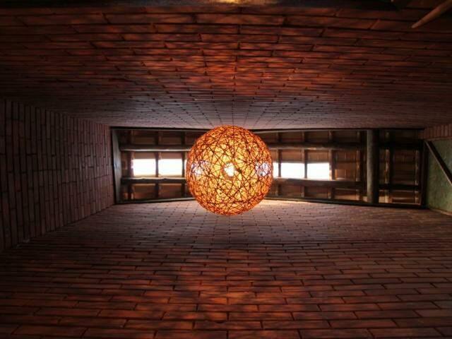 A vista debaixo pra cima no corredor mostra a altura da casa. (Foto: João Paulo Gonçalves)
