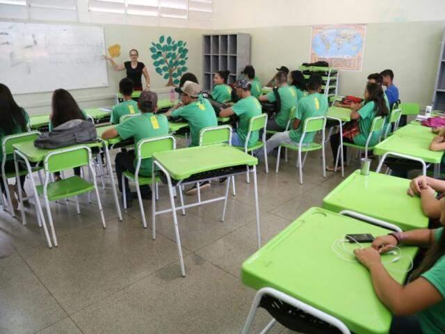 Estudantes assistem aula em uma escola de Campo Grande. (Foto: Marcos Ermínio/Arquivo).